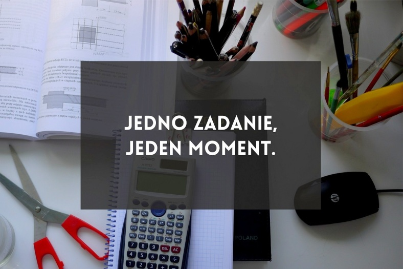jedenmomentpng.png-001